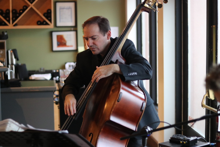 Rob McBride plays bass. (Dariya Baiguzhiyeva/Niagara Now)
