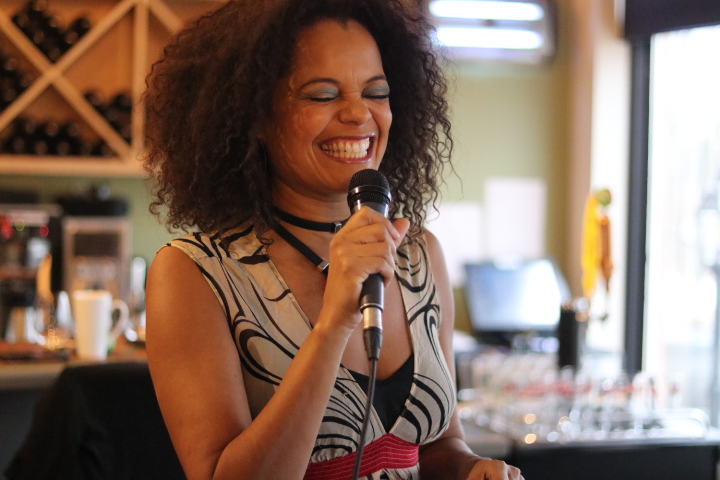 Juliet Dunn performs live at the first weekly Jazz and Brunch show. (Dariya Baiguzhiyeva/Niagara Now)