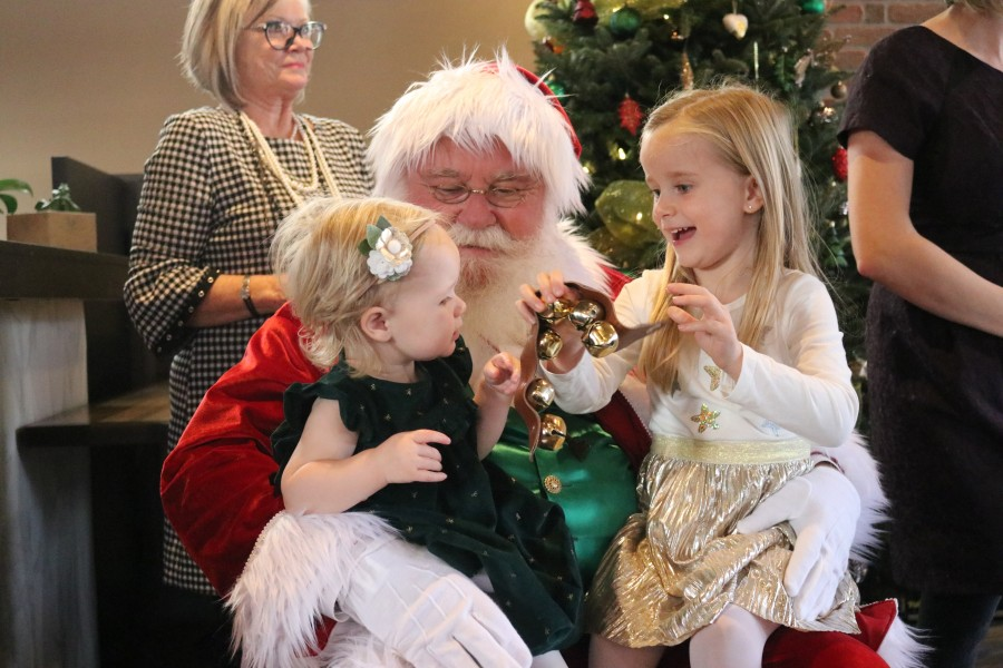 Santa Claus entertains Kennedy and Brooklyn Peressotti during the second annual Breakfast with Santa event Sunday. (Dariya Baiguzhiyeva/Niagara Now)
