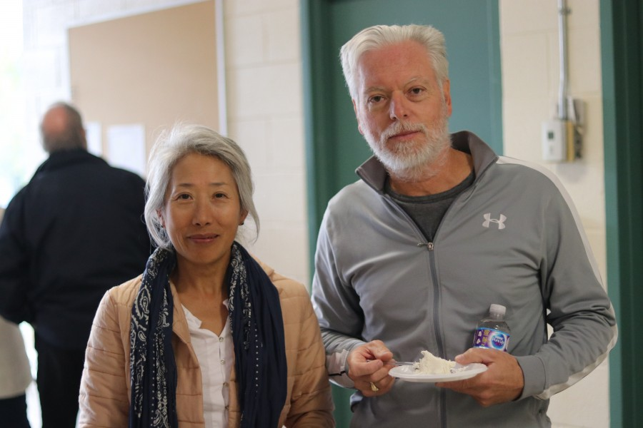 Ron Pychel and Vera Zhang enjoy the cake at the open house. (Dariya Baiguzhiyeva/Niagara Now)