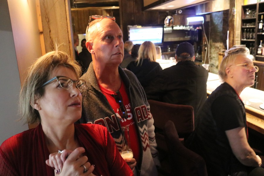 Heidi Schneiderman and Joe Kwasniak watch live results roll in at the Liberal party held at Old Stone Inn Boutique Hotel. (Dariya Baiguzhiyeva/Niagara Now)